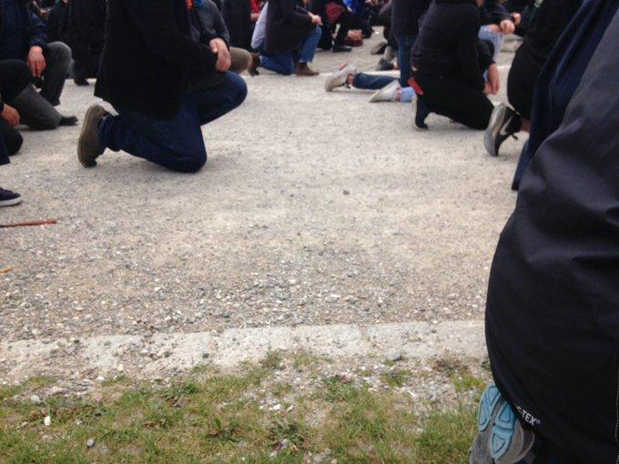 8 Minuten 46 Sekunden lang dauerte es als #GeorgeFloyd ermordet wurde. 8 Minuten 46 Sekunden kniete sich die #BlackLivesMatter Kundgebung zu einem Schweigeprotest. Kein Laut zu hören auf dem Königsplatz
