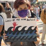 Schild #LeaveNoOneBehind auf Kundgebung der Seebrücke am 6. Juli 2020